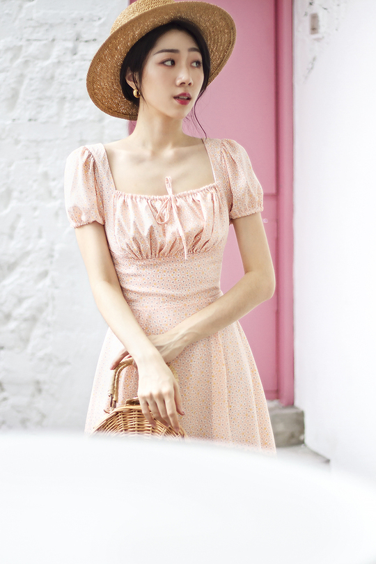 JAENIE RUCHED FLARE DRESS (PEACH FLORAL)